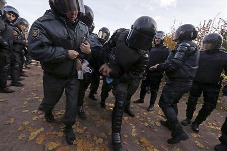 Police detain an anti-gay protester who took part in a gathering to prevent gay rights activists from staging a protest in St. Petersburg October 12, 2013. REUTERS-Alexander Demianchuk