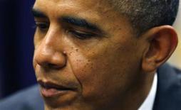 Presidente dos EUA, Barack Obama, durante reunião com pequenos empresários na Casa Branca, em Washington. Obama pressionou legisladores republicanos neste sábado a elevarem o limite de endividamento da nação por mais tempo do que os oposicionistas gostariam, enquanto o impasse fiscal se arrasta pelo fim de semana, com apenas cinco dias faltando para o fim do prazo para um acordo. 11/10/2013. REUTERS/Kevin Lamarque