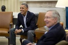 En la imágen, el presidente de Estados Unidos, Barack Obama, durante una reunión realizada el sábado con el líder demócrata en el Senado, Harry Reid, en el Salón Oval de la Casa Blanca, en Washington. 12 de octubre del 2013. REUTERS/Jason Reed. Las negociaciones que se realizan en el Congreso estadounidense para poner fin a una crisis fiscal en la mayor economía del mundo colgaban el sábado de un hilo, después de que se interrumpiera el diálogo en la Cámara de Representantes y se encontrara sólo en etapas preliminares en el Senado.