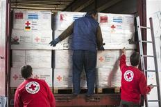 عاملون بالصليب الاحمر - ارشيف رويترز