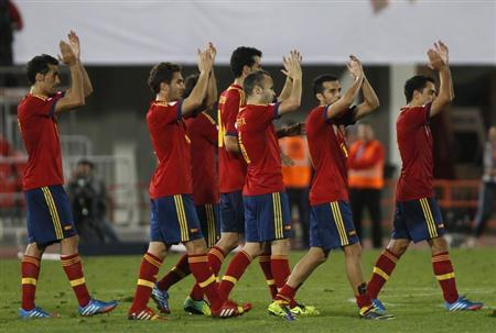 Spain's players (L-R) Alvaro Arbeloa, Jorge Resurreci?n ''Koke'', Sergio Busquets, Andres Iniesta, Pedro Rodriguez and Xavi applaud to supportes after their 2014 World Cup qualifying soccer match against Belarus at Son Moix stadium in Palma de Mallorca October 11, 2013. REUTERS/Enrique Calvo
