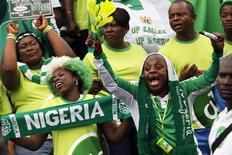 Torcedores da Nigéria comemoram durante partida contra a seleção do Malawi pelas eliminatórias para a Copa do Mundo 2014, em Calabar. A Nigéria saiu atrás, mas virou o jogo contra a Etiópia na primeira partida da última fase das Eliminatórias Africanas, neste domingo, graças a dois gols de Emmanuel Emenike, que ajudaram a equipe a dar um grande passo rumo ao objetivo de se classificar para a Copa do Mundo do Brasil. 7/09/2013. REUTERS/Afolabi Sotunde