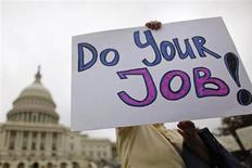 """Госслужашие протестуют против прекращения финансирования федерального правительства с плакатом """"Делайте свою работу"""" у Капитолия в Вашингтоне 13 октября 2013 года. REUTERS/Jonathan Ernst"""
