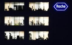 Le groupe pharmaceutique suisse Roche prévoit d'investir 800 millions de francs suisses (650 millions d'euros) dans son réseau mondial de production au cours des cinq prochaines années et de créer 500 emplois. /Photo d'archives/REUTERS/Michael Buholzer