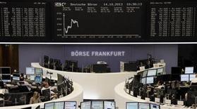 График движеняи индека DAX на бирже во Франкфурте-на-Майне 14 октября 2013 года. Европейские фондовые рынки снижаются, так как американские политики в выходные не смогли договориться о решении бюджетных проблем и предотвращении дефолта. REUTERS/Remote/Stringer