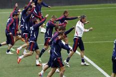 Тренировка сборной России в Лиссабоне 6 июня 2013 года. Матчи отборочного турнира чемпионата мира по футболу 2014 году пройдут в разных частях света во вторник и среду. REUTERS/Hugo Correia