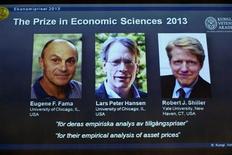 Лауреаты Нобелевской премии по экономике 2013 года (слева направо) Юджин Фама, Ларс Петер Хансен и Роберт Шиллер на фотографиях, демонстрировавшихся во время пресс-конференции в Шведской королевской академии наук в Стокгольме 14 октября 2013 года. Трое американских ученых получили Нобелевскую премию по экономике 2013 года за исследования, позволившие улучшить механизмы долгосрочного прогнозирования цен активов, сообщила в понедельник Шведская королевская академия наук. REUTERS/Claudio Bresciani/TT News Agency