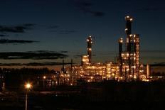 Вид на Ачинский НПЗ в 154 километрах к западу от Красноярска 11 октября 2007 года. Цены на нефть снижаются из-за неожиданного сокращения китайского экспорта и приближения крайнего срока для повышения потолка госдолга США. REUTERS/Mikhail Voskresenskiy