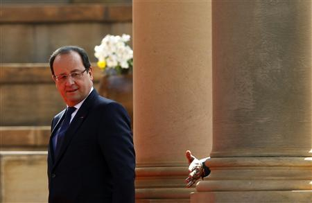 French President Francois Hollande (L) looks on as the hand of South Africa's President Jacob Zuma gestures at the Union Building in Pretoria October 14, 2013. REUTERS/Siphiwe Sibeko