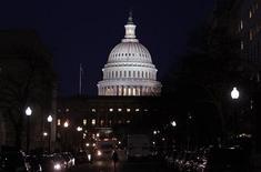 """El Capitolio estadounidense en Washington, feb 12 2013. Los líderes del Senado estadounidense """"han logrado avances"""" en las negociaciones para resolver la crisis fiscal, pero aún buscan alcanzar un acuerdo en dos puntos claves: la duración de un incremento en el límite de deuda y el financiamiento para el Gobierno, dijo el lunes un asesor demócrata. REUTERS/Jim Bourg"""