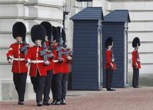 Guardas marcham em frente ao Palácio de Buckingham, no centro de Londres. A polícia britânica prendeu nesta segunda-feira um homem armado com uma faca tentando invadir o Palácio de Buckingham, residência da rainha Elizabeth em Londres. 14/10/2013. REUTERS/Luke MacGregor
