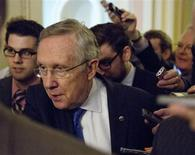 O líder da maioria no Senado, o democrata Harry Reid, se dirige à imprensa nesta segunda-feira, em Washington. O líder se reuniu com o líder republicano Mitch McConnell e os dois expressaram otmismo de que um acordo se finalizado nos próximos dias. 14/10/2013 REUTERS/Joshua Roberts