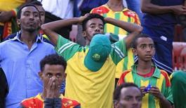 Болельщики сборной Эфиопии на матче отборочного турнира чемпионата мира против Нигерии в Аддис-Абебе 13 октября 2013 года. Два экстремиста-смертника из Сомали подорвались по пути на стадион в Аддис-Абебе на отборочный матч чемпионата мира 2014 года между командами Эфиопии и Нигерии, сообщило эфиопское правительство. REUTERS/Tiksa Negeri