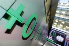 Информационный экран на Лондонской фондовой бирже 11 октября 2013 года. Европейские фондовые рынки растут в надежде на то, что Вашингтону удастся предотвратить дефолт. REUTERS/Stefan Wermuth
