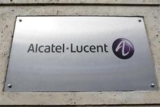 Логотип Alcatel-Lucent у входа в штаб-квартиру компании в Париже 12 декабря 2008 года. Технологическое отставание ставит под вопрос будущее производителя телекоммуникационного оборудования Alcatel-Lucent, не видевшего прибыли с 2006 года, сказал исполнительный директор компании Мишель Комб во вторник. REUTERS/Charles Platiau