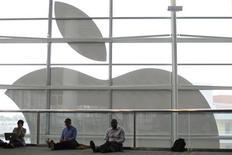 Apple, qui a annoncé mardi le recrutement d'Angela Ahrendts, la directrice générale du groupe britannique Burberry, au poste de vice-président chargé des magasins et des ventes en ligne, à suivre sur les marchés américains. /Photo d'archives/REUTERS/Stephen Lam