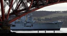 A vendre porte-avions, 32 ans, 210 mètres de long, 22.000 tonnes, prix à débattre: la marine britannique, victime de l'austérité budgétaire, est à la recherche d'un acquéreur pour l'Illustrious, dernier bâtiment de ce type encore en activité dans la Royal Navy. /Photo d'arrchives/REUTERS/David Moir