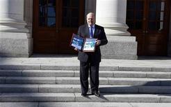 Le ministre irlandais des Finances Michael Noonan à Dublin. Le gouvernement irlandais a dévoilé mardi un projet de budget marqué par un assouplissement des mesures d'austérité, afin d'alléger la pression sur les contribuables au moment où le pays s'apprête à se passer de l'aide de ses bailleurs de fonds internationaux. /Photo prise le 15 octobre 2013/REUTERS/Cathal McNaughton