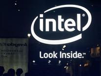 Intel fait état mardi d'un bénéfice meilleur qu'attendu au troisième trimestre, faisant progresser le cours de son action dans les transactions électroniques. Le chiffre d'affaires est ressorti à 13,48 milliards de dollars pour un bénéfice de 2,95 milliards de dollars. /Photo prise le 4 juin 2013/REUTERS/Pichi Chuang