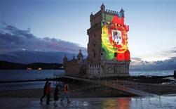 A Lisbonne. Le Portugal a promis mardi de réduire encore ses dépenses publiques en 2014 après avoir annoncé qu'il dépasserait en 2013 son objectif de déficit budgétaire. /Photo d'archives/REUTERS/Jose Manuel Ribeiro