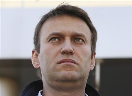 Russian opposition leader Alexei Navalny speaks to journalists outside a court in Moscow October 14, 2013. REUTERS/Sergei Karpukhin