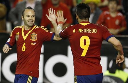 Spain's Alvaro Negredo (R) celebrates his goal with his teammate Andres Iniesta during their 2014 World Cup qualifying soccer match against Georgia at Carlos Belmonte stadium in Albacete October 15, 2013. REUTERS/Juan Medina