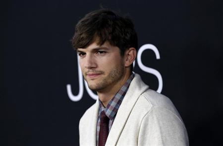 Cast member Ashton Kutcher poses at the premiere of ''Jobs'' in Los Angeles, California August 13, 2013. REUTERS/Mario Anzuoni