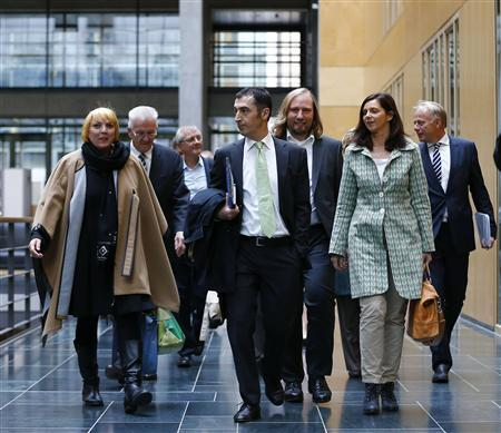 Party members of the environmental Greens party (Die Gruenen) arrive for preliminary coalition talks with Germany's conservative (CDU/CSU) parties at the Parliamentary Society in Berlin October 15, 2013. REUTERS/Tobias Schwarz