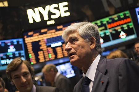 Publicis Group Chairman and CEO Maurice Levy (R) watches a stock ticker after announcing an agreement on their merger on the floor of the New York Stock Exchange with Omnicom Chief Executive John Wren in New York July 29, 2013. REUTERS/Shannon Stapleton