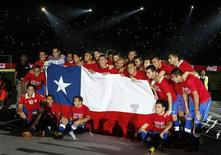Seleção do Chile comemora após derrotar o Equador em partida pelas eliminatórias da Copa do Mundo 2014 em Santiago. O Chile venceu o Equador por 2 x 1 na última rodada das eliminatórias sul-americanas para a Copa do Mundo de 2014, na terça-feira, e as duas equipes garantiram vaga no Mundial do Brasil. 15/10/2013. REUTERS/Ivan Alvarado