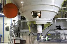 Site Astrium aux Mureaux, en région parisienne. La filiale spatiale d'EADS a remporté trois nouveaux contrats d'un montant total de plus de 400 millions d'euros auprès de l'Agence spatiale européenne (ESA) pour accompagner le développement de la fusée Ariane. /Photo d'archives/REUTERS/Charles Platiau