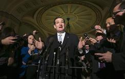 """Senador dos EUA Ted Cruz fala com jornalistas no Capitólio, sede do Congresso dos EUA, em Washington. Cruz, que anteriormente havia feito oposição a qualquer compromisso, a menos que esse tirasse o financiamento da reforma na saúde conhecida como """"Obamacare"""", disse que não pretende adiar um acordo bipartidário nesta quarta-feira para elevar o teto da dívida e colocar fim à paralisação do governo. 16/10/2013. REUTERS/Kevin Lamarque"""