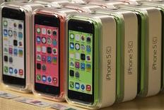 Apple iPhone 5C phones are pictured at the Apple retail store on Fifth Avenue in Manhattan, New York in this September 20, 2013 file photo. REUTERS/Adrees Latif/Files