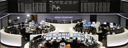 Un grupo de operadores en sus puestos de trabajo en la bolsa de comercio de Fráncfort, Alemania, oct 16 2013. Las acciones europeas cerraron el miércoles con ligeras alzas, y uno de los índices referenciales de la región marcó un máximo en dos años y medio, impulsadas por las expectativas de un inminente acuerdo en Washington para evitar una cesación de pagos de la deuda estadounidense. REUTERS/Remote/Amanda Andersen