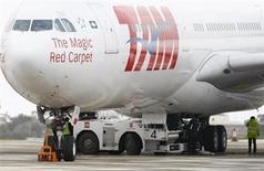 Avião da TAM A340-500 é visto no aeroporto internacional de Malta, em fevereiro de 2012. A empresa aérea, do grupo Latam Airlines, irá inaugurar uma rota entre Belém (PA) e Miami, nos Estados Unidos, a partir de fevereiro do próximo ano, informou em comunicado nesta quarta-feira. 22/02/2012 REUTERS/Darrin Zammit Lup