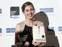 """Escritora neozelandesa, Eleanor Catton, mostra seu livro vencedor do prêmio Man Booker Prize 2013, em Londres. Catton, de 28 anos, é a autora mais jovem e seu livro, """"The Luminaries"""", de mais de 800 páginas, o romance mais longo a ganhar o prêmio literário Man Booker. Mas idade e tamanho não deveriam ser critérios para julgar uma obra de ficção, diz ela. 15/10/2013 REUTERS/Olivia Harris"""