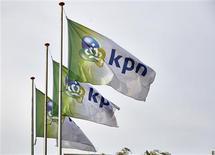 Unas banderas de la firma de telecomunicaciones KPN a las afueras de su casa matriz en La Haya, oct 2 2013. La gigante mexicana de telecomunicaciones América Móvil dijo el miércoles que no procederá con una oferta pública de adquisición por la parte que aún no posee de la firma de telefonía holandesa KPN, dado que una fundación de esa empresa mantiene un bloqueo sobre las acciones. REUTERS/Phil Nijhuis