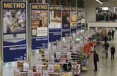 Metro a vu son chiffre d'affaires reculer de 2,1% au troisième trimestre, en raison notamment d'un effet de change défavorable, mais le distributeur allemand se déclare encouragé par la croissance de ses ventes sur son marché intérieur et optimiste pour la période des fêtes. /Photo prise le 18 mars 2013/REUTERS/Wolfgang Rattay