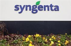 Le groupe suisse Syngenta, numéro un mondial de l'agrochimie, prévoit que son bénéfice 2013 sera inférieur aux attentes en raison d'une dépréciation passée sur des stocks de semences ainsi que d'un gain tiré d'effets de change moins important que prévu. /Photo prise le 6 février 2013/REUTERS/Arnd Wiegmann