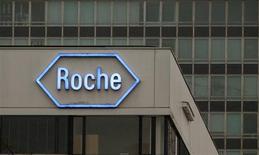 Логотип Roche на штаб-квартире компании в Базеле 5 апреля 2012 года. Продажи Roche Holding AG выросли на 8 процентов в третьем квартале 2013 года, позволив швейцарскому фармацевтическому гиганту подтвердить годовой прогноз выручки и прибыли. REUTERS/Arnd Wiegmann