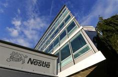 Nestlé a enregistré au cours des neuf premiers mois de l'année une croissance organique de son chiffre d'affaires en deçà des estimations des analystes financiers (+4,4% contre +4,5% attendu), le groupe suisse mettant cela sur le compte d'un nouveau ralentissement de la demande dans les pays émergents et d'une baisse du prix de ses produits en Europe. /Photo prise le 17 octobre 2013/REUTERS/Denis Balibouse