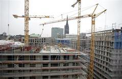 Les grands instituts allemands de conjoncture ont divisé par deux leur projection de croissance de la première économie européenne pour 2013, à 0,4%, évoquant un net retournement à la baisse de la production industrielle cet hiver. /Photo d'archives/REUTERS/Fabian Bimmer