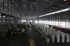 Помещение литейного цеха на Хакасском алюминиевом заводе Русала близ Саяногорска 21 августа 2013 года. Один из крупнейших мировых производителей алюминия Русал в 2014 году планирует сократить производство на 15 процентов к уровню 2012 года в попытке снизить издержки и сократить глобальный профицит металла. REUTERS/Ilya Naymushin