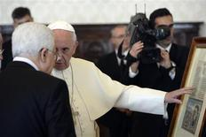 Pope Francis exchanges gifts with Palestinian President Mahmoud Abbas during a private audience in the pontiff library at the Vatican, October 17, 2013. REUTERS/Maurizio Brambatti/Pool