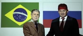Министр обороны Бразилии Селсу Аморим и министр обороны России Сергей Шойгу на встрече в Бразилиа 16 октября 2013 года. Бразилия готовит $1 млрд на системы ПВО из России. REUTERS/ Ueslei Marcelino
