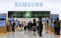 Selon la Commission européenne, Samsung Electronics a proposé de mettre fin aux procédures engagées contre ses concurrents, notamment Apple, en matière de brevets, ce qui pourrait mettre fin à l'enquête antitrust dont le groupe sud-coréen fait l'objet. /Photo prise le 5 septembre 2013/REUTERS/Fabrizio Bensch