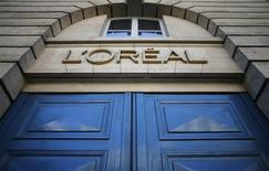 L'Oréal est entré en négociations exclusives avec le japonais Shiseido pour lui racheter les marques de cosmétiques Decléor et Carita. Ces deux marques de soins du corps, du visage et des cheveux vendues principalement dans les instituts de beauté, les spas et les salons de coiffure, ont réalisé en 2012 un chiffre d'affaires combiné d'environ 100 millions d'euros. /Photo d'archives/REUTERS/Christian Hartmann