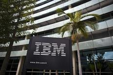 El logo de IBM en sus oficinas de Petah Tikva, Israel, oct 24 2011. Las acciones de IBM cayeron un 7 por ciento en la apertura después de que un descenso en las ventas de equipos reforzara las preocupaciones sobre la habilidad de la compañía para crecer mientras se enfoca más en software y servicios en nube. REUTERS/Nir Elias