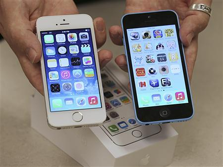 An employee shows the the front of a new Apple iPhone 5C (R) and iPhone 5 S (L) at a Verizon store in Orem, Utah September 19, 2013. REUTERS/George Frey