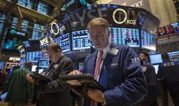L'indice Standard & Poor's 500 de la Bourse de New York a inscrit un nouveau record en fin de séance jeudi, dépassant le précédent plus haut qui était de 1.729,86 points. L'indice de référence des gérants américains gagnait 0,52% à 1.730,57 points vers 21h35. /Photo prise le 17 octobre 2013/REUTERS/Brendan McDermid